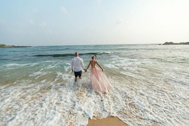 על חוף הים או במוסך, העיקר שתהרסי את השמלה