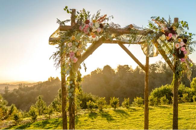 שלבו פרחים טריים על מנת ליצור מראה טבעי, צבעוני ורומנטי