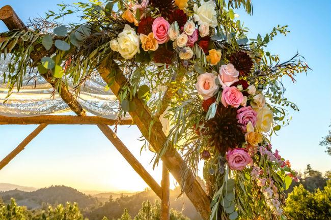 שלבי פרחים מזר החתונה שלך בעיצוב מתחם האירוע