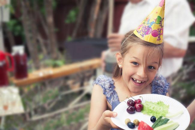 שלבו כמה מנות בריאות על מנת לאזן את תפריט האוכל במסיבה