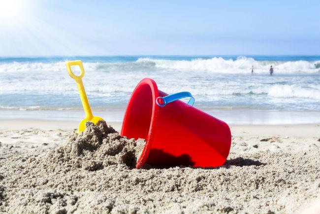 השאירו לילדים מזכרת שימושית ובעלת ערך: דלי וכף פלסטיק לחוף הים