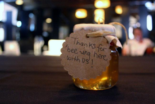 אין כמו צנצנת של ריבה איכותית או דבש משובח על מנת להודות לאורחים שלכם על השתתפותם