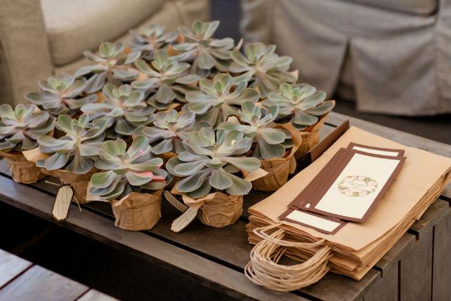 עציץ מיניאטורי ישמש חלק מעיצוב השולחן באירוע וגם כמתנה שהאורחים יוכלו לקחת הביתה